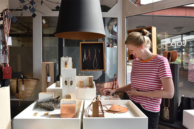 Leder-Designerin Ilka Brand in ihrem Atelier